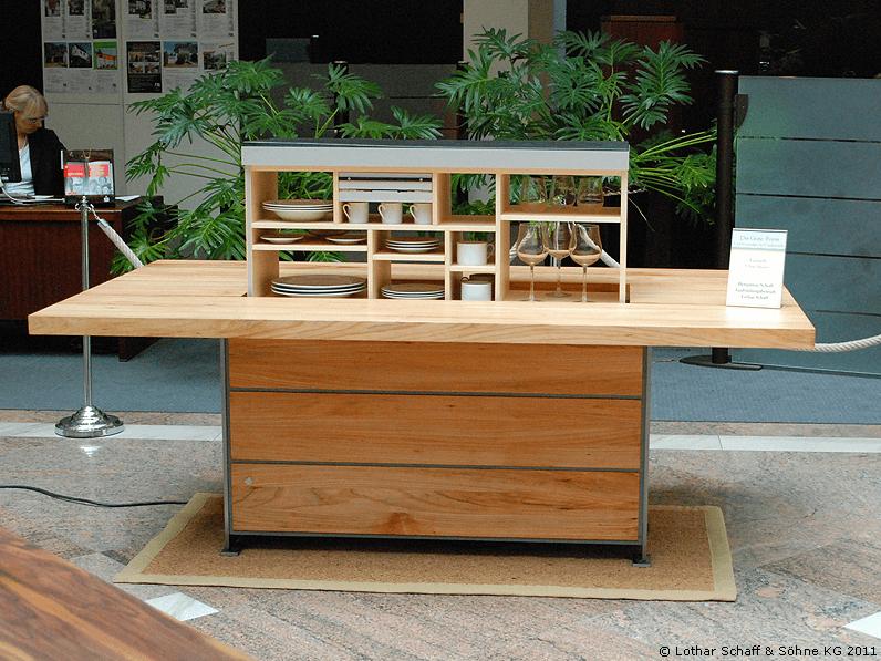 Tisch mit Innenkorpus und Platz für Geschirr