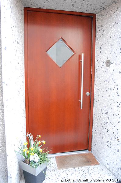 Haustür in Mahagoni außen furniert und innen weiß lackiert mit Ornamentik