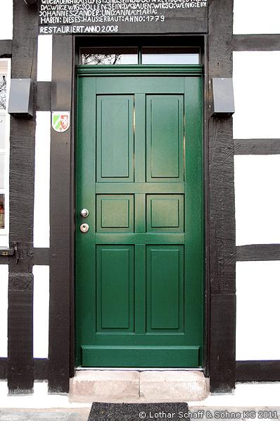 Hauseingangstür in Bergisch Grün in einem historischen Fachwerkhaus