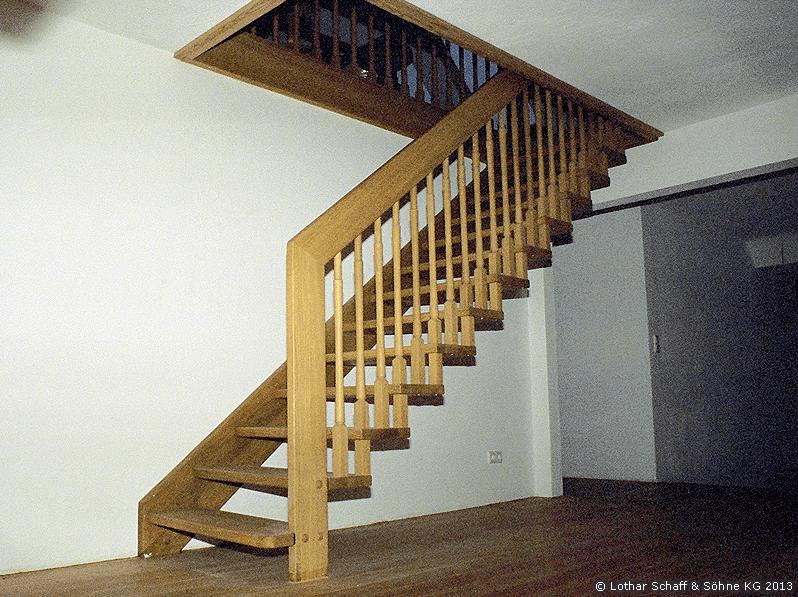 Treppe ins Dachgeschoss aus Eiche mit Handlauf