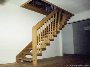 2. kleine Treppe die am Handlauf hängend und an einer Wange befestigt wurde.