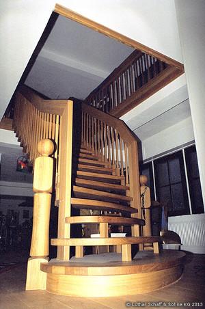 Treppe im Erdgeschoss, große Laufbreite, sehr belastbar, asymmetrisch