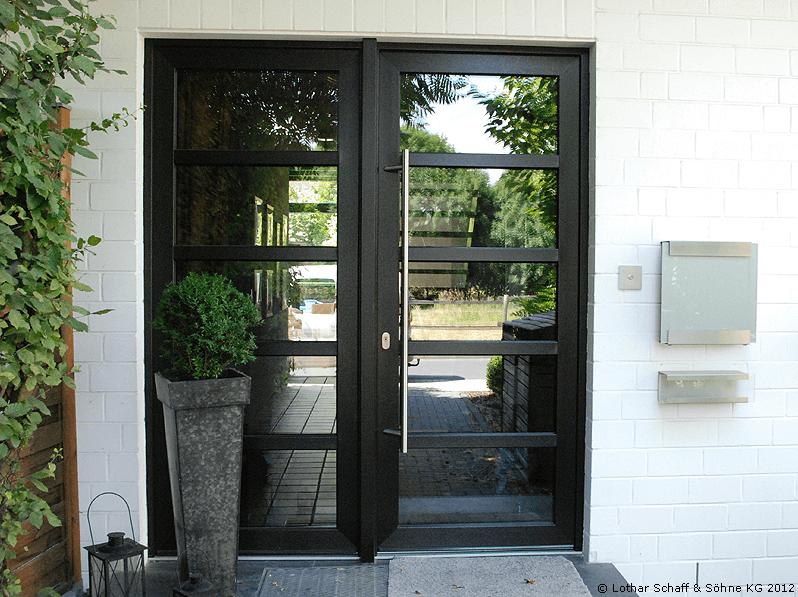 Hauseingangstür aus Kunststoff mit schwarzen Riegeln, verspiegeltem Glas, im schlichten Design