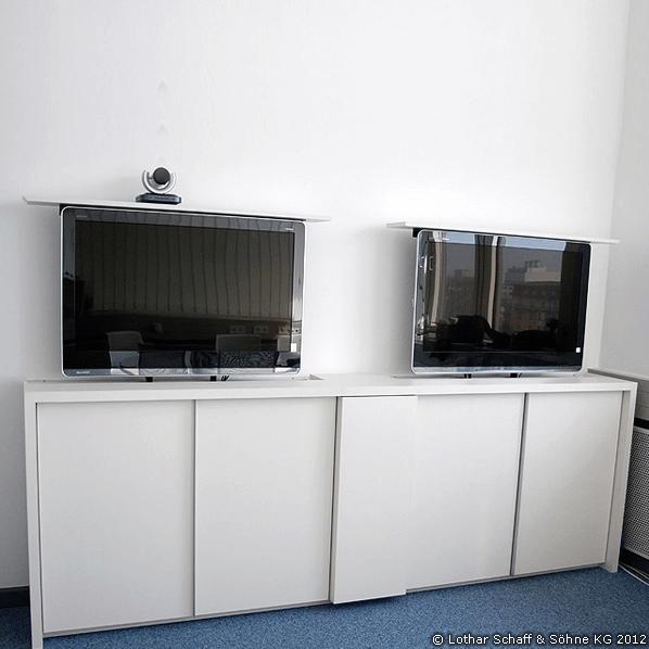 Schrank mit 2 versenkbaren Fernsehern im Konferenzraum für Videokonferenzen