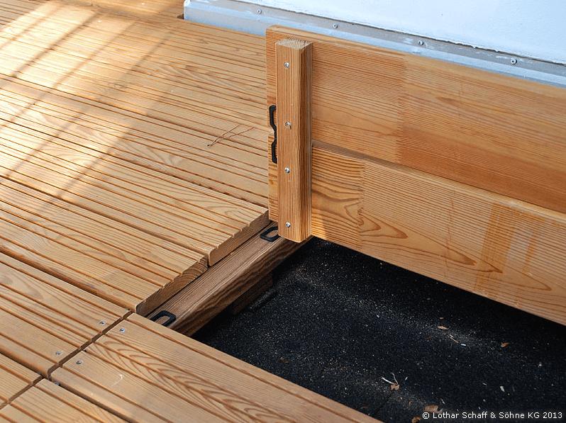 Revisionsklappen aus Lärchenholz im Boden