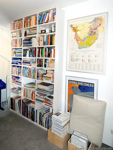 Weißes Bücherregal gefüllt mit Büchern