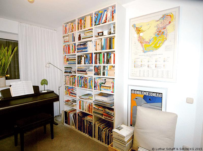 Bücherregal im Lesezimmer mit Klavier