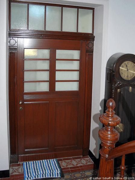 Historische Eingangstür aus Kiefer-Holz