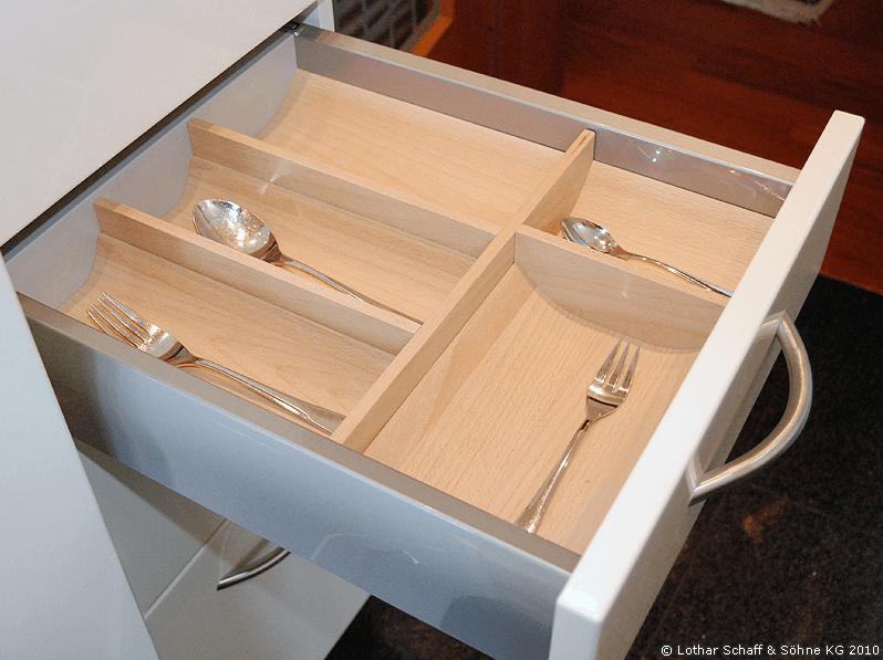 Schublade für Geschirr in der neuen Küche