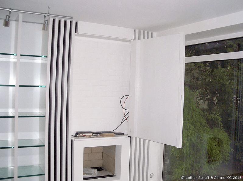 Weißer Wandschrank für Fernseher im Wohnraum