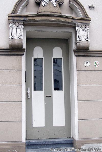 Alte Eingangstür mit zwei Fenstern