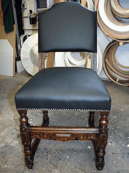 Stuhl nach der Restauration mit neuer Polsterung