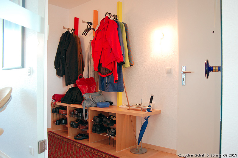 Neue, farbenfrohe Garderobe mit Schuhregal