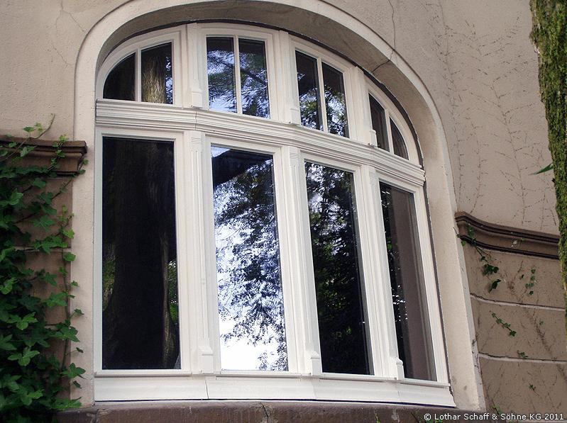 Neues, weißes Korbbogenfenster von Außen