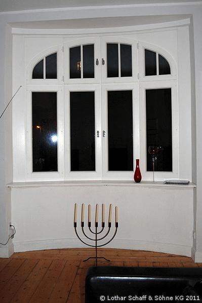 Wohnzimmer mit neuem Korbbogenfenster in weißer Farbe
