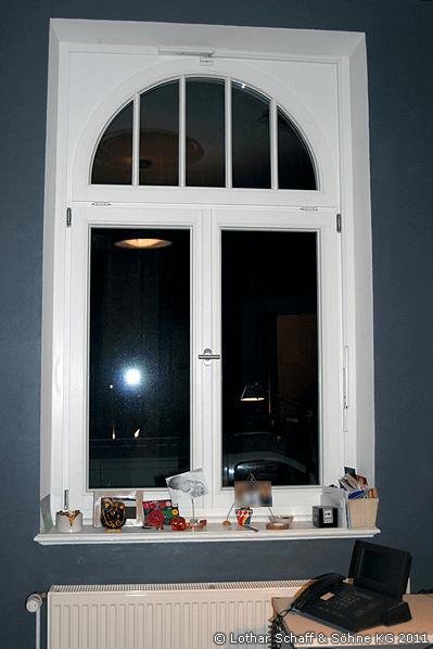 Neues Rundbogenfenster in weißer Farbe und einheitlichen Glasarten