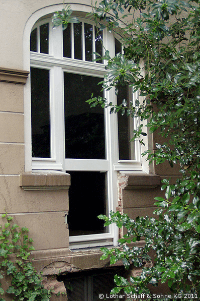 Korbbogenfenster mit Terrassentür von Außen
