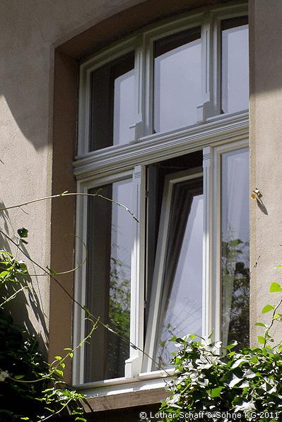 Neues Stichbogenfenster mit Oberlicht in weiß