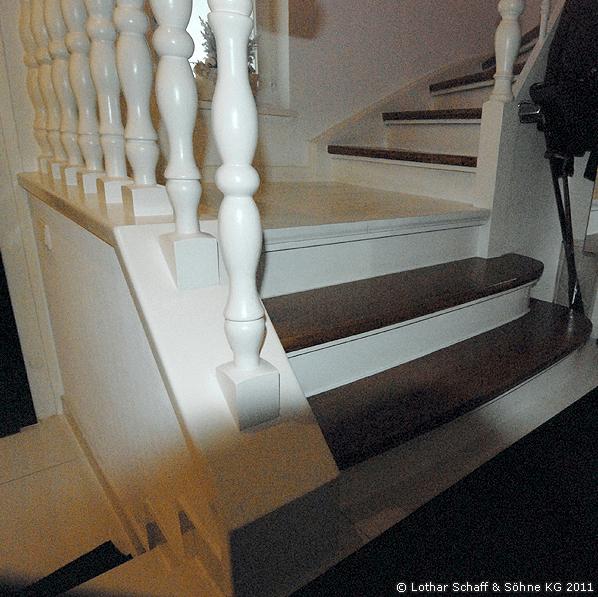 Alte, weiße Treppe im Haus