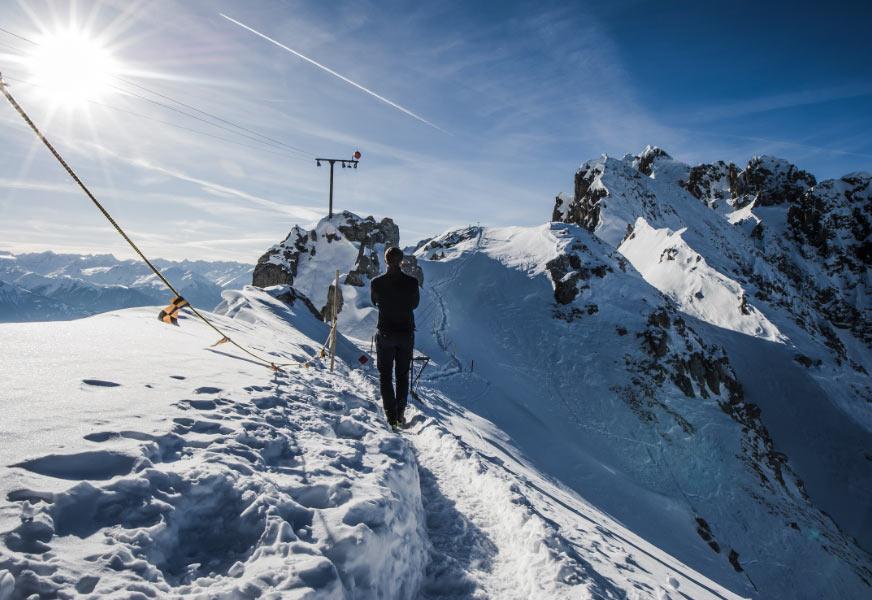 Bild eines Skifahrers auf einem Gipfel.