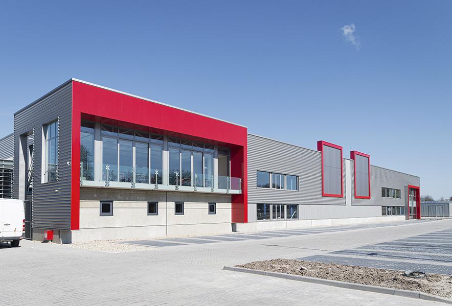 Ein modernes Gewerbegebäude mit roten Akzenten.