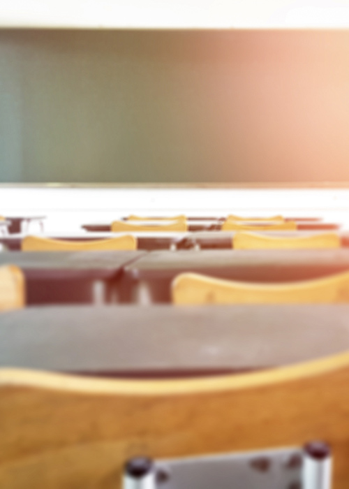 Ein leeres Klassenzimmer aus Sicht eines Schülers.