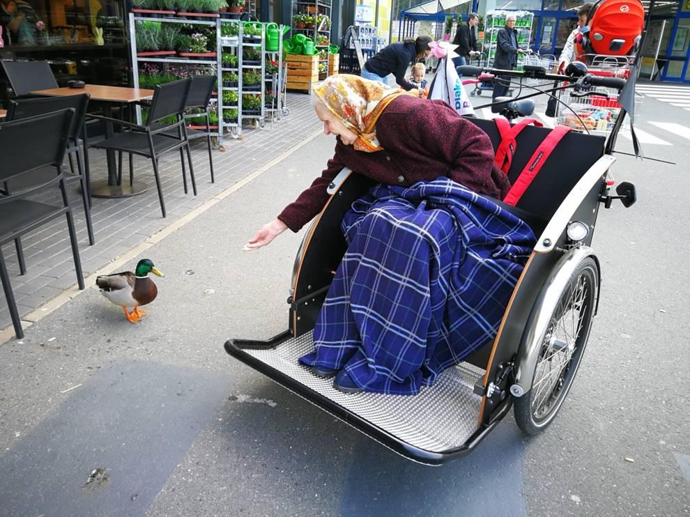 Rikschas für Oberfranken: Seniorin füttert Ente