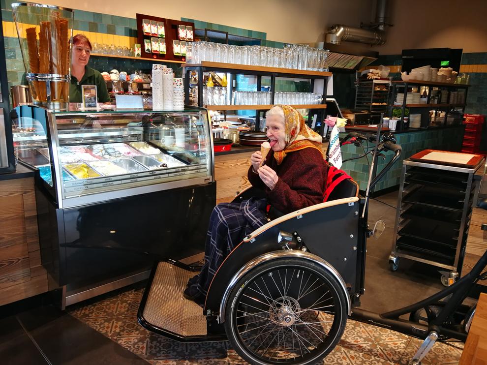 Rikschas für Oberfranken Seniorin isst Eis