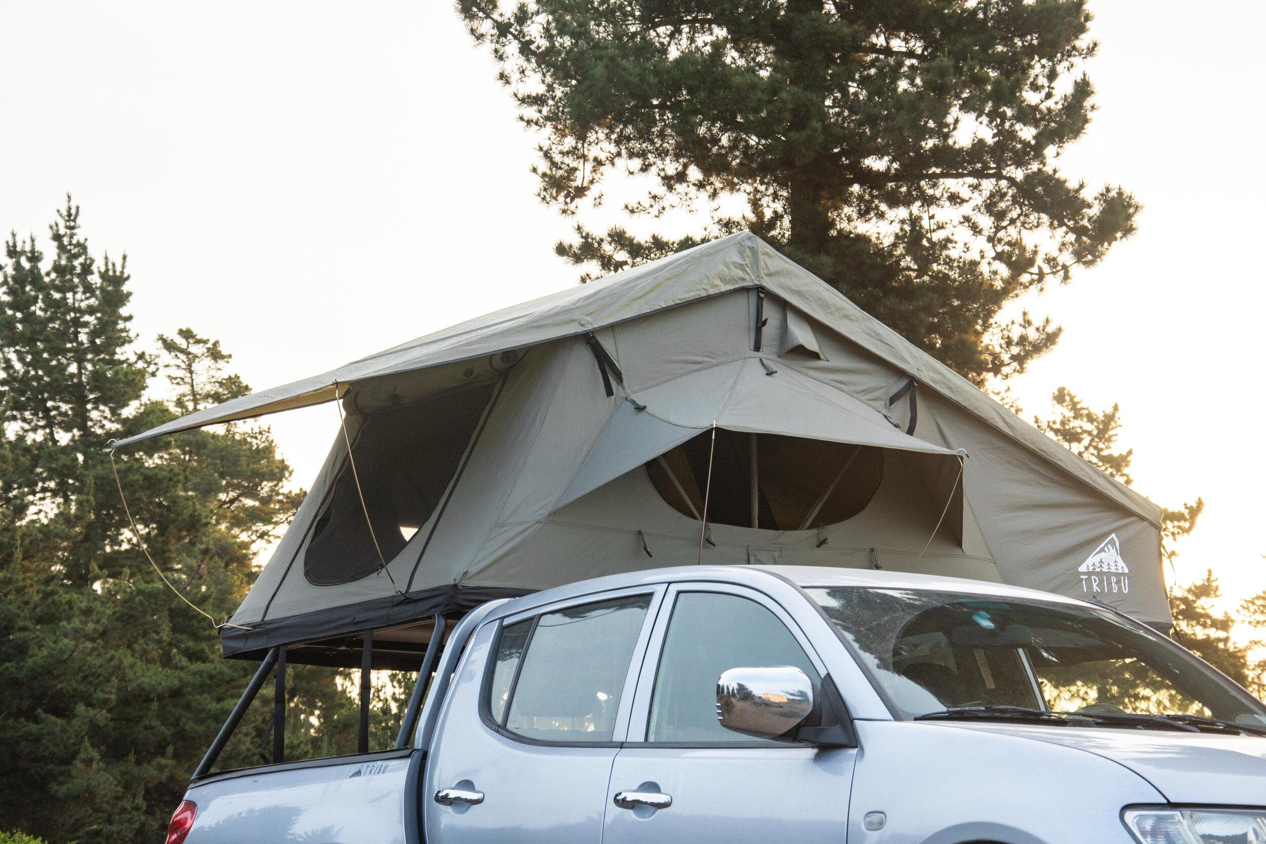 Carpa montada en el techo de una camioneta