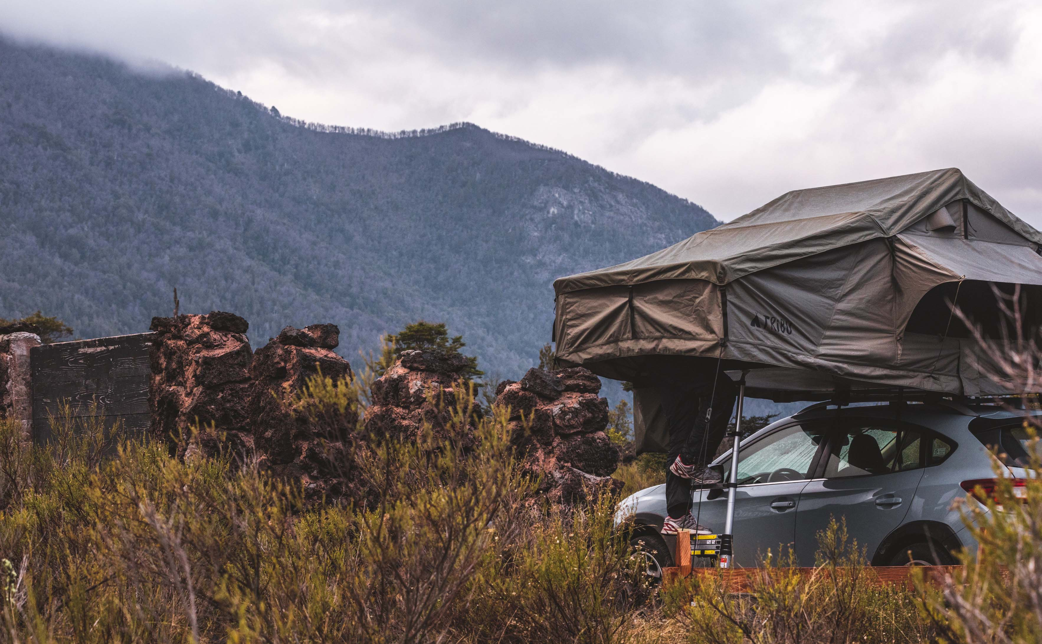 Carpa montada en auto en la patagonia
