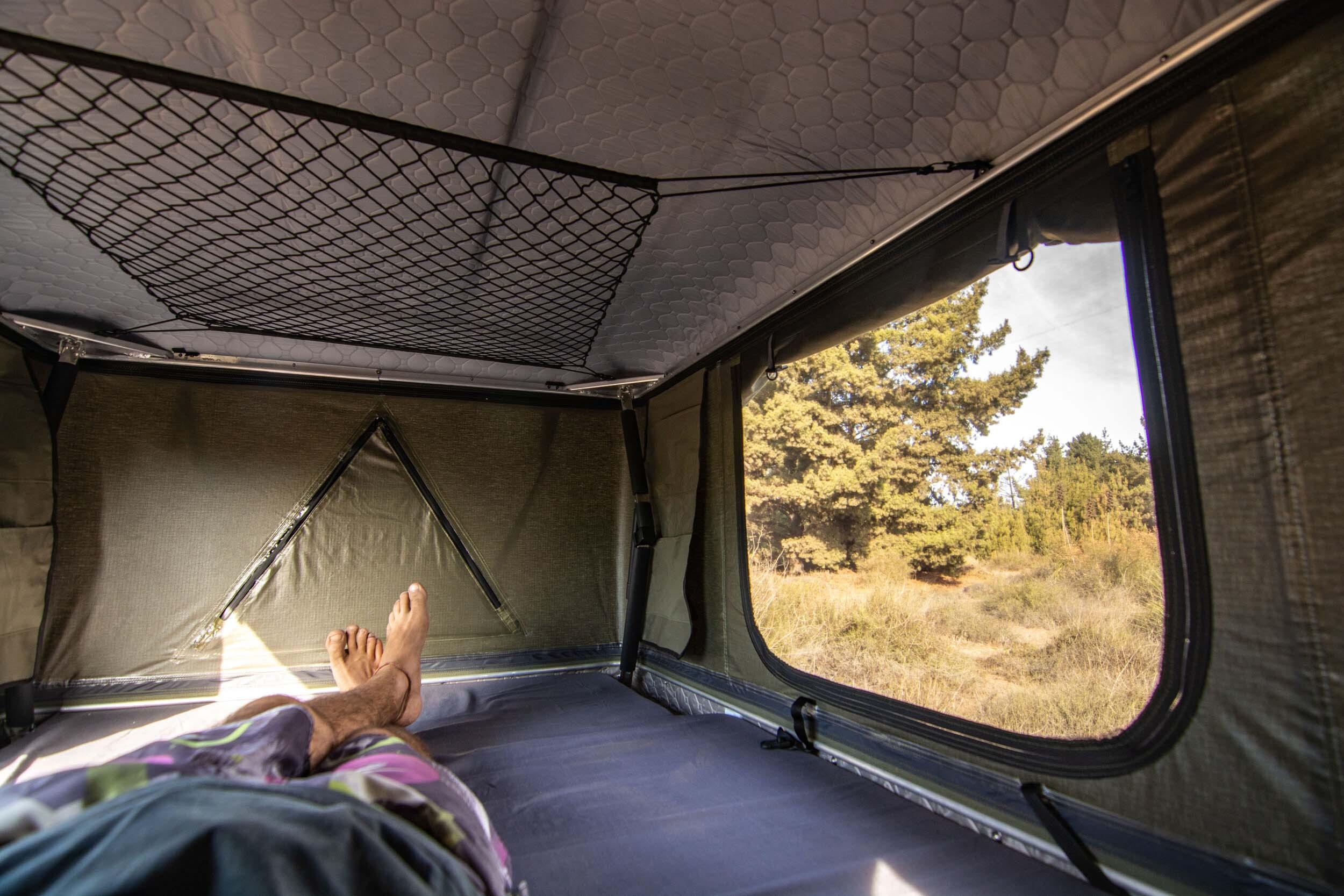 Espacio cómodo para 3 personas en la carpa nómade