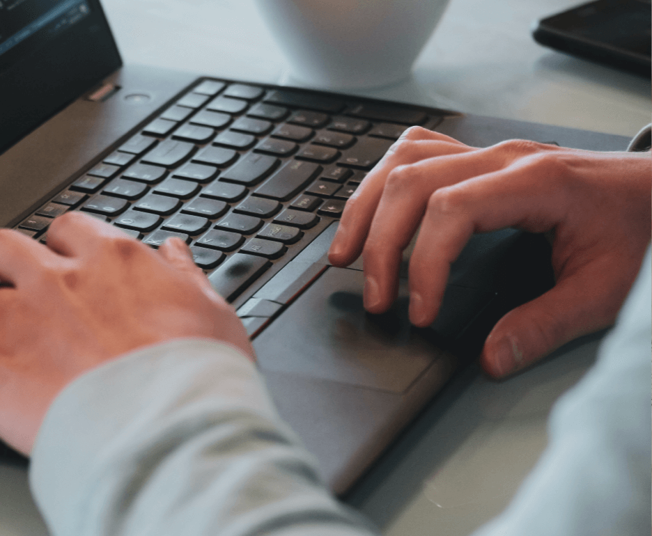 Personne utilisant un ordinateur