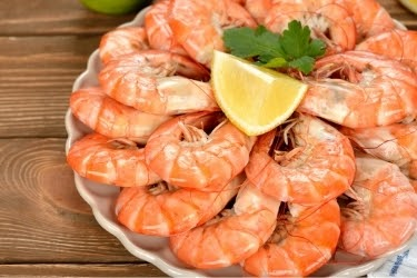 Boiled red shrimps with a piece of lemon