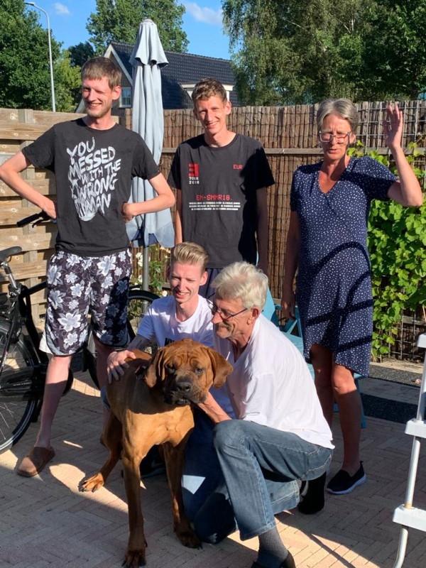 Busi in een blakende gezondheid bij zijn nieuwe gezin de familie Aartsen