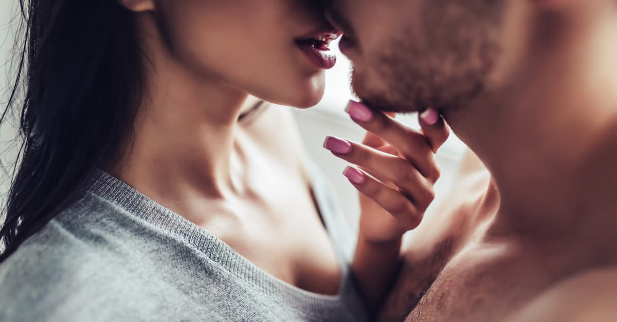 Couple kissing - herpes can be transmitted through such skin contact