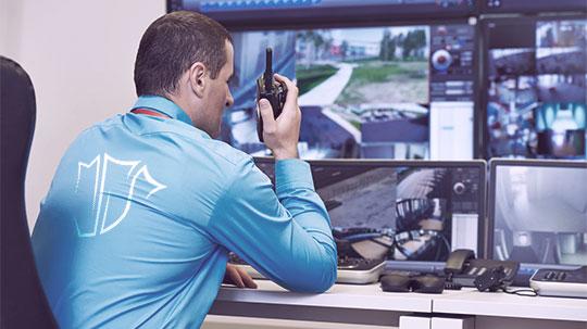 Werkschut-Mitarbeiter sieht sich eine Kameraüberwachung an.
