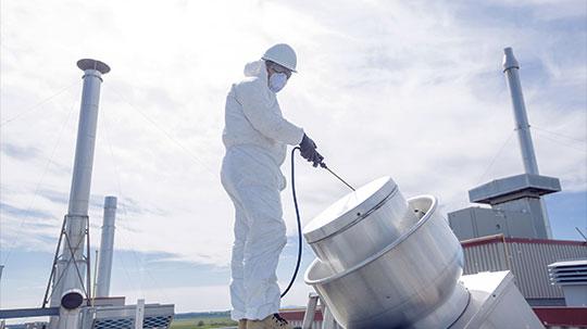 Industrielle Lüftungsanlage wird von einem Fachmann gereinigt.