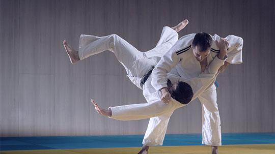 Brazilian Jiu Jitsu zwei Männer in Karateanzügen.