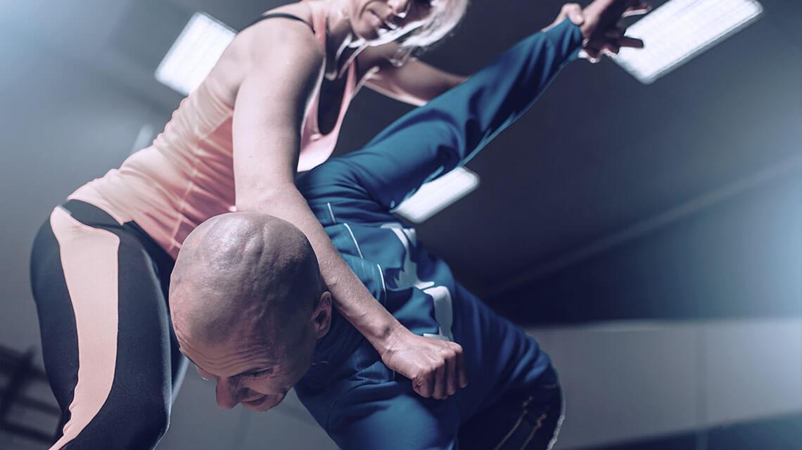 Frau verteidigt sich mit Krav-Maga.