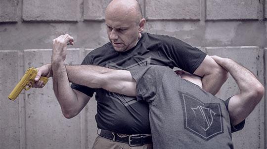 Mann entwaffnet Angreifer mit Krav-Maga
