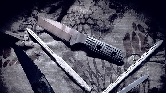 Unterschiedliche Militärmesser und diverse Ausrüstung.