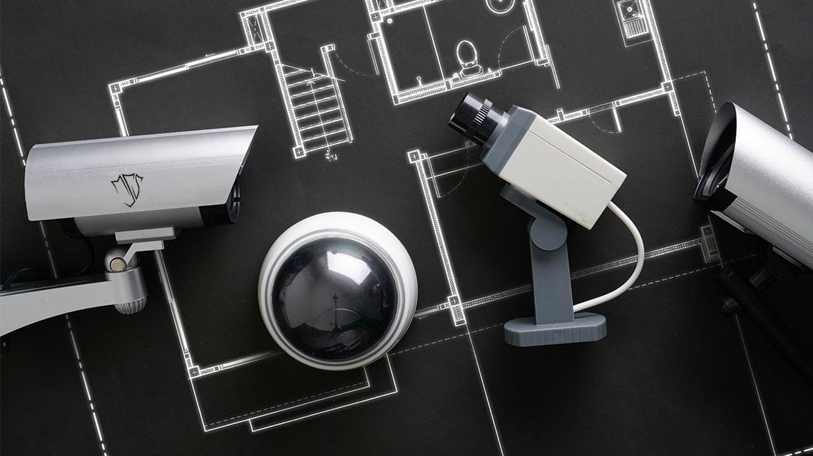 Sicherheitskamera, welche an einem Mast befestigt ist.