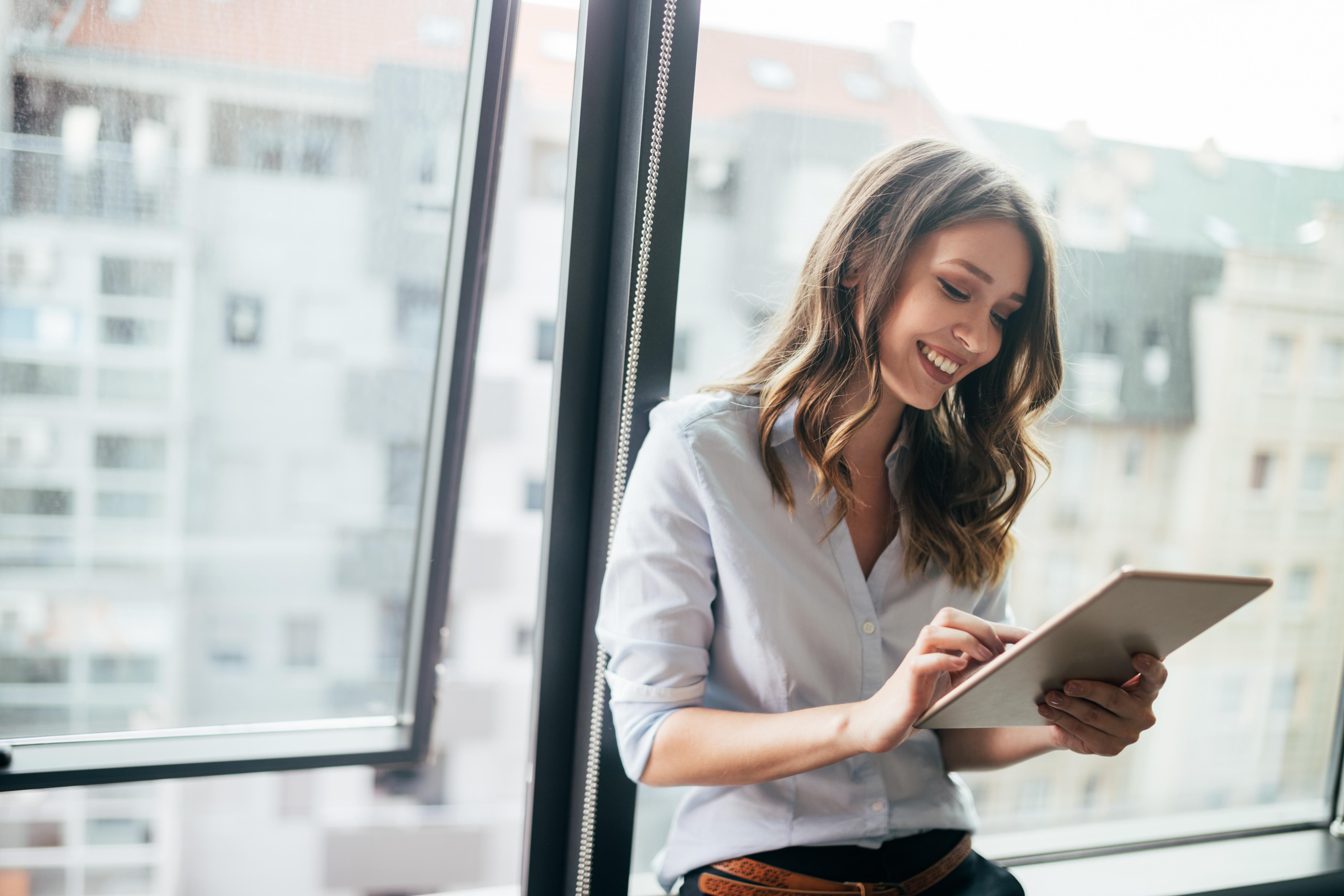 Junge Frau erlebt eine Learning Experience Plattform