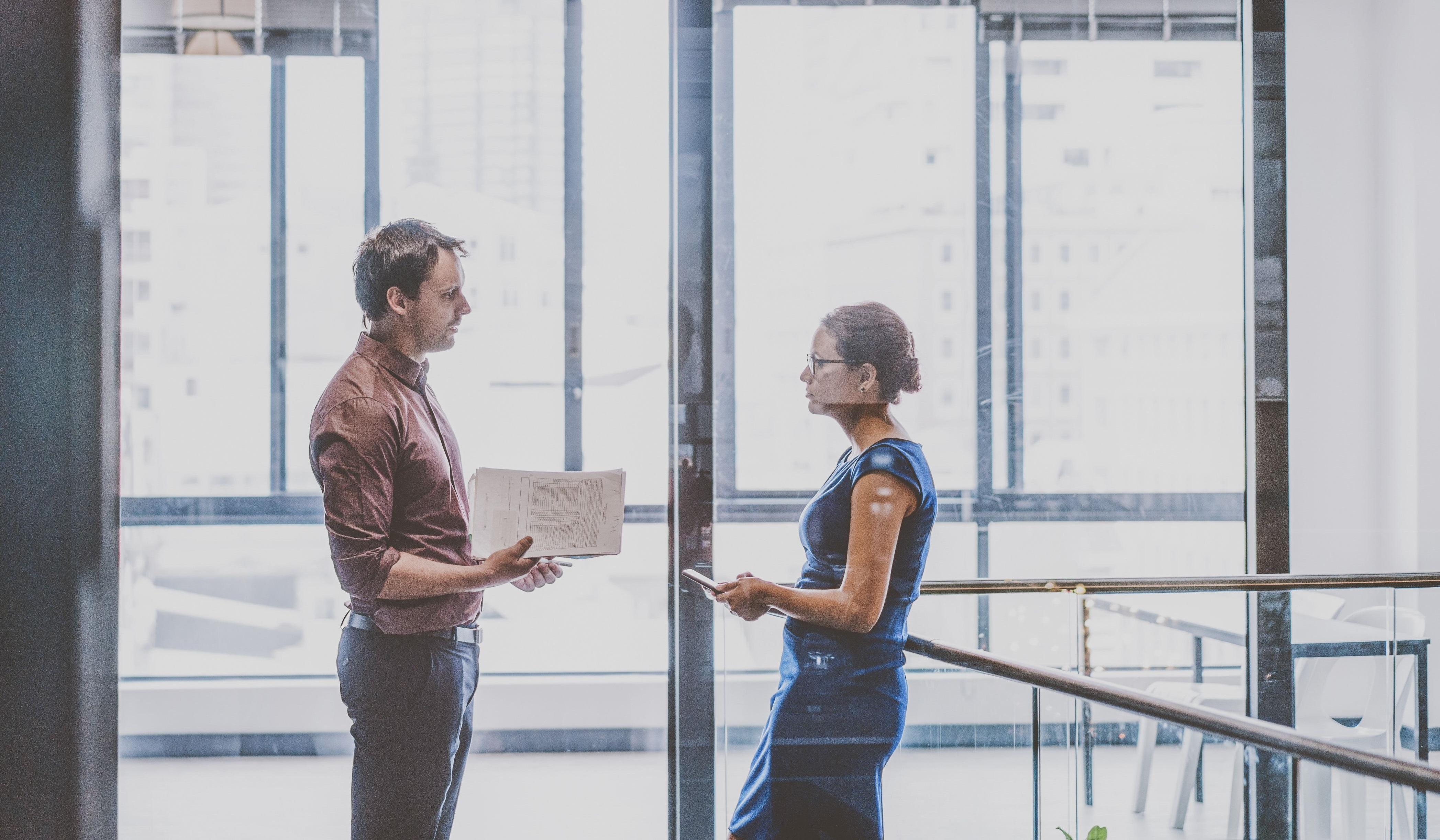 Zwei Personalentwickler unterhalten sich über die neuesten Trend-Themen der Branche