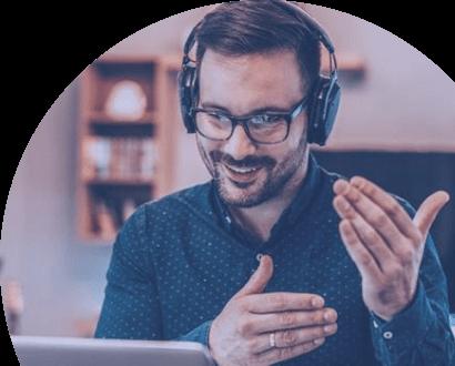 Mann beim E-Learning auf der Lernplattform