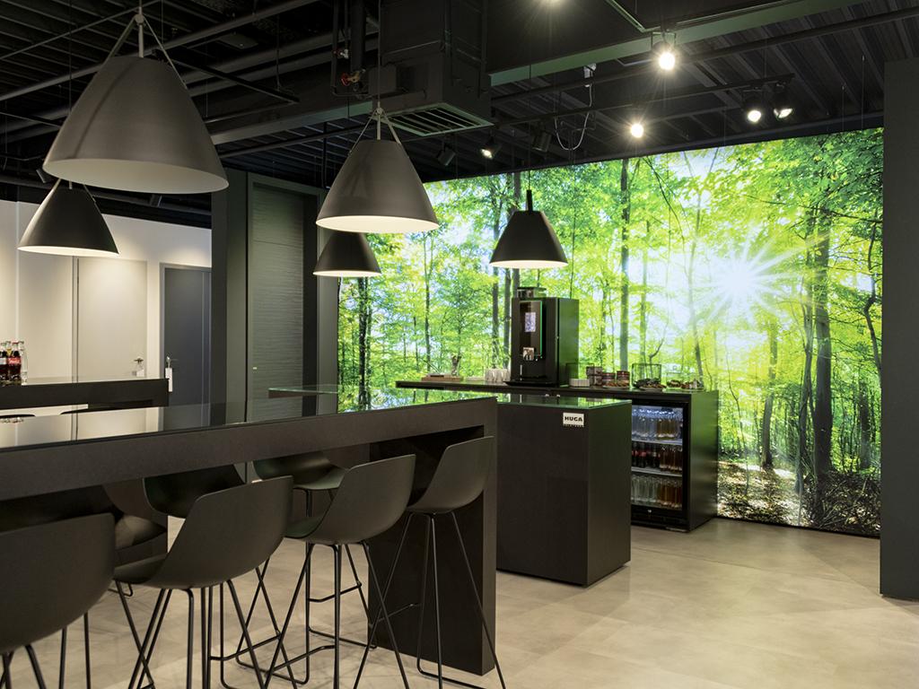 grosse lichtwand im showroom
