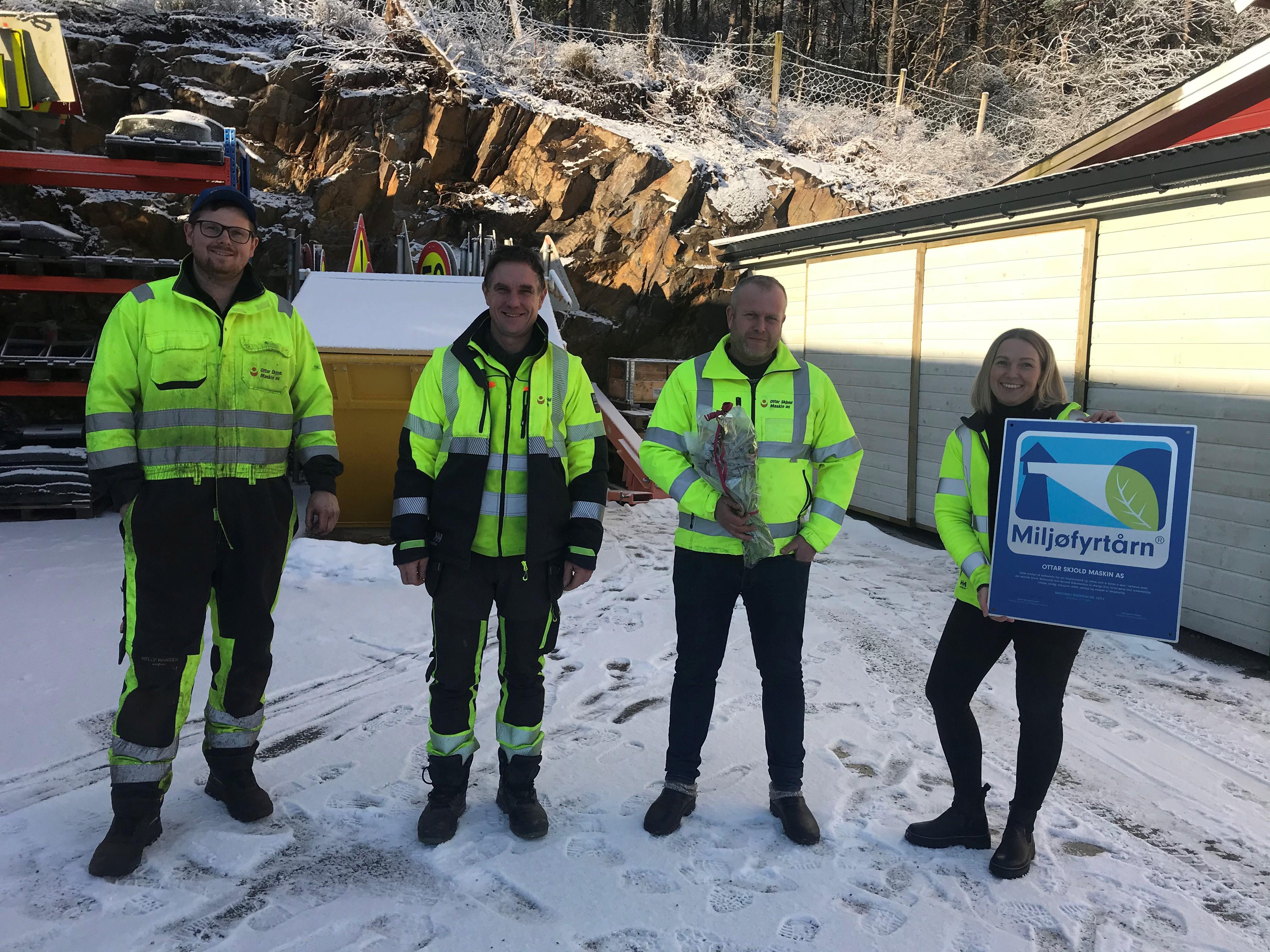 Fra høyre: mekaniker Eirik Aasbøe, landmåøer Matthew Wilson, daglig leder Håvard Skjold, HMS-miljøfyrtårn ansvarlig Linda Bjelland Skjold