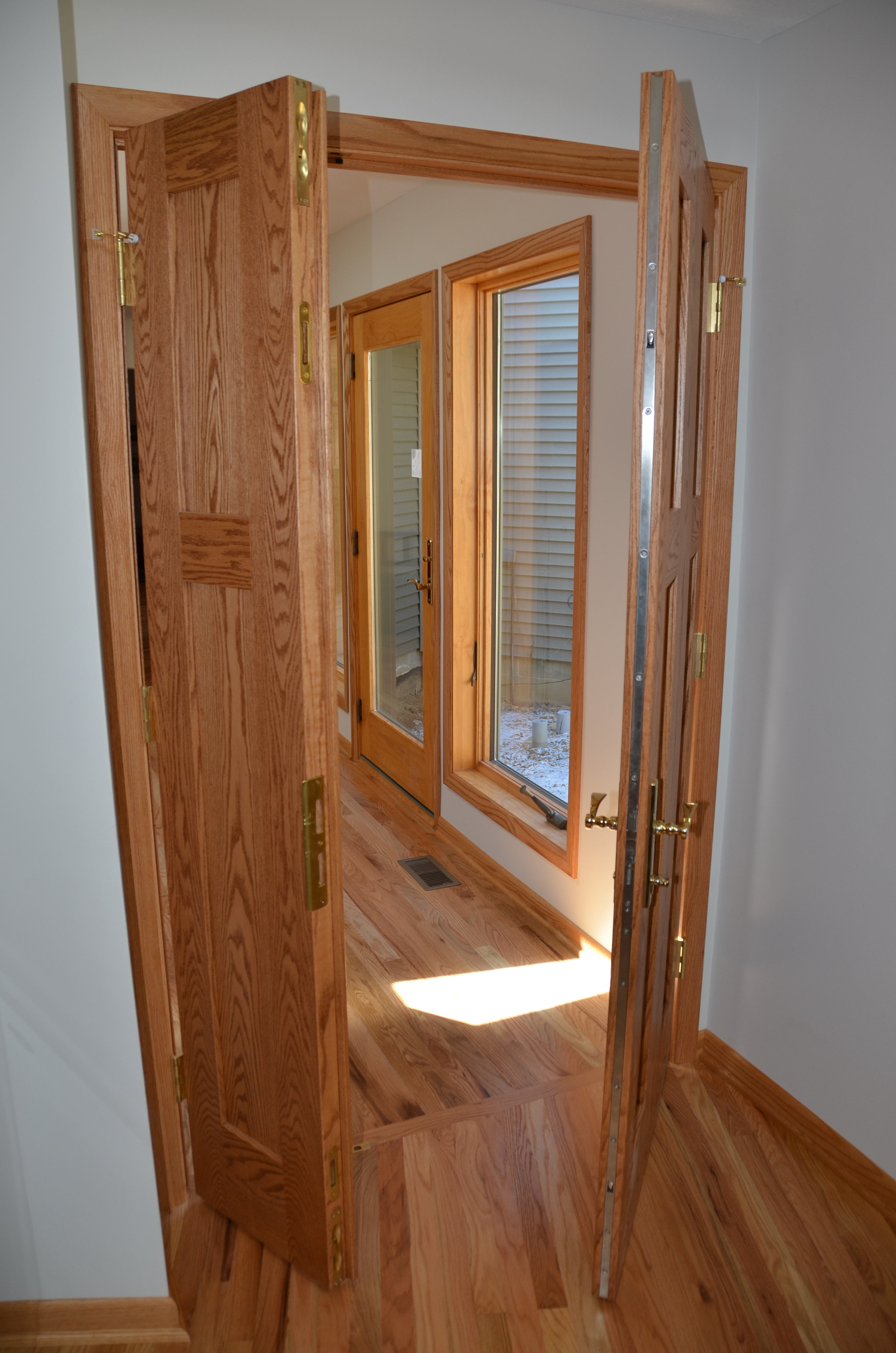 Double entry door with multi-point locks