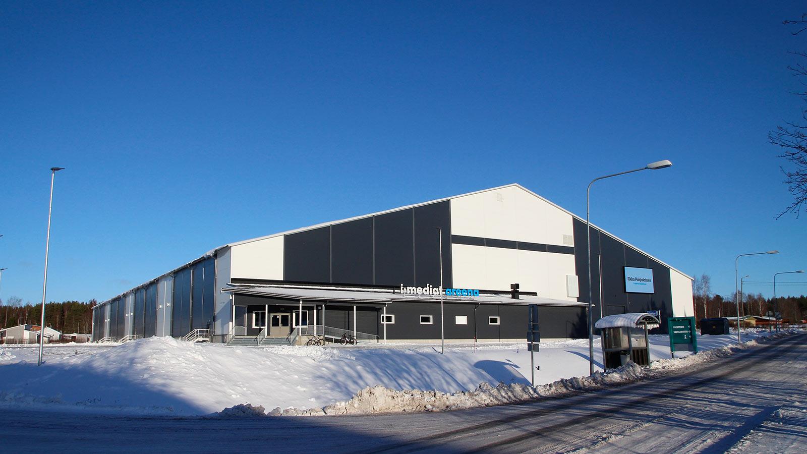 Monitoimihallit, katsomot ja stadionit rakentaa Trutec Oy. Tunnemme urheilu- ja liikuntatilarakentamisen erityispiirteet aina pienistä palloiluhalleista jalkapallostadioneihin saakka. Kuva: I-mediat -areena, Kuortaneen Urheiluopisto