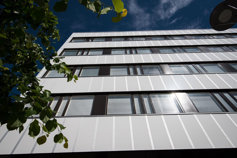 Tornitalo saneerattiin entisen ilmeen mukaisesti alumiinikomposiittilevyin ja -listoin Seinäjoen keskustassa.